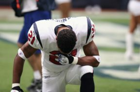 professional-football-player-nfl-praying-160577